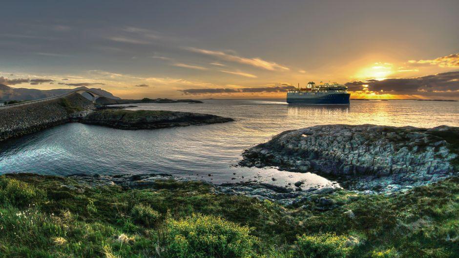 Schiff von Havila Voyages vor dem Sonnenuntergang, von der Atlantic Ocean Road aus fotografiert.