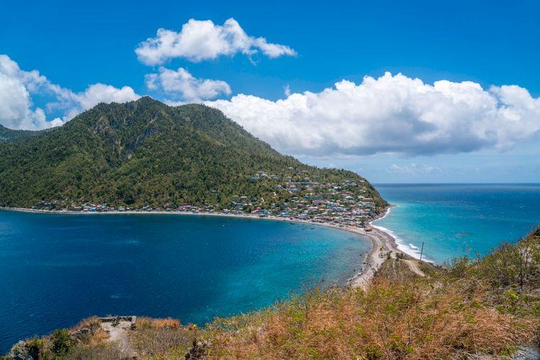 Scotts Head Fischerdorf und der Damm zwischen den Meeren Atlantik und Karibik, Dominica, Karibik, Mittelamerika.