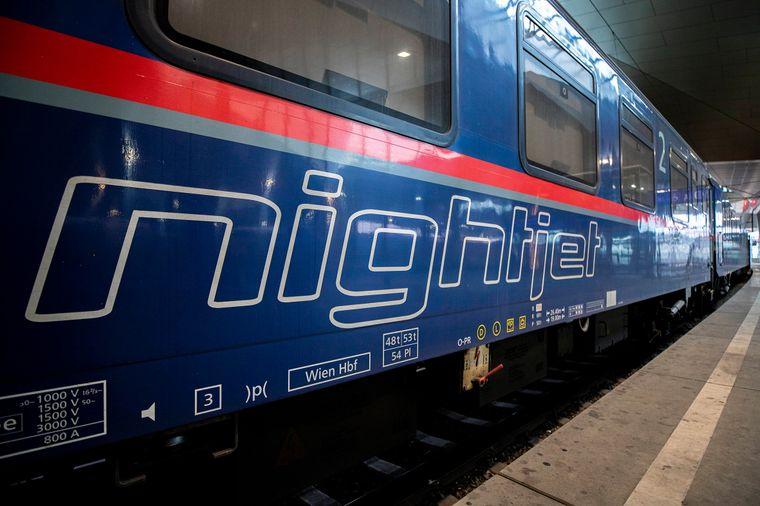 Die Österreichischen Bundesbahnen bauen aktuell die Fernstreckenverbindungen aus, die mit speziellen Nachtzügen, also Nightjets, mit Liege- und Schlafwaggons befahren werden.