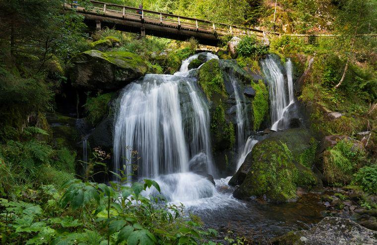 Die wunderschönen Triberger Wasserfälle kannst du von zwei Holzbrücken aus beobachten.