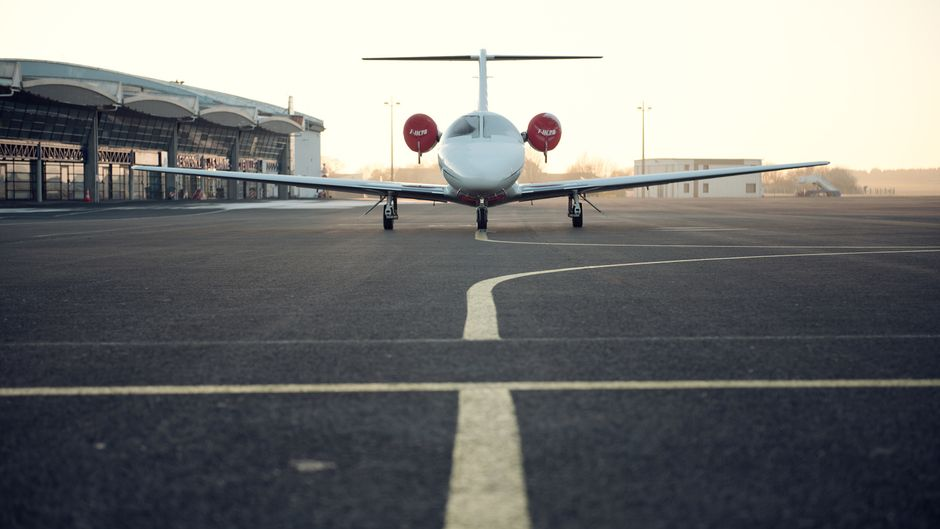 Flugzeug auf Startbahn.