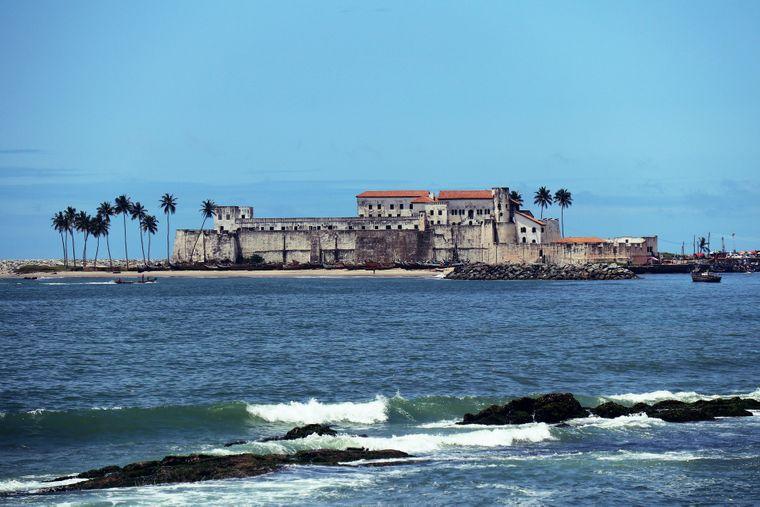 Elmina Castle vom Wasser aus gesehen. Sie war für viele Sklaven die letzte Station in Afrika auf dem Weg Richtung USA.