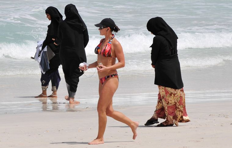 An den Stränden Dubais werden kulturelle Unterschiede oft besonders sichtbar.