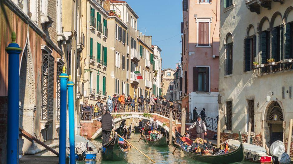 Sobald die Temperaturen zweistellig sind, drängeln sich Touristen durch die engen Gassen Venedigs.
