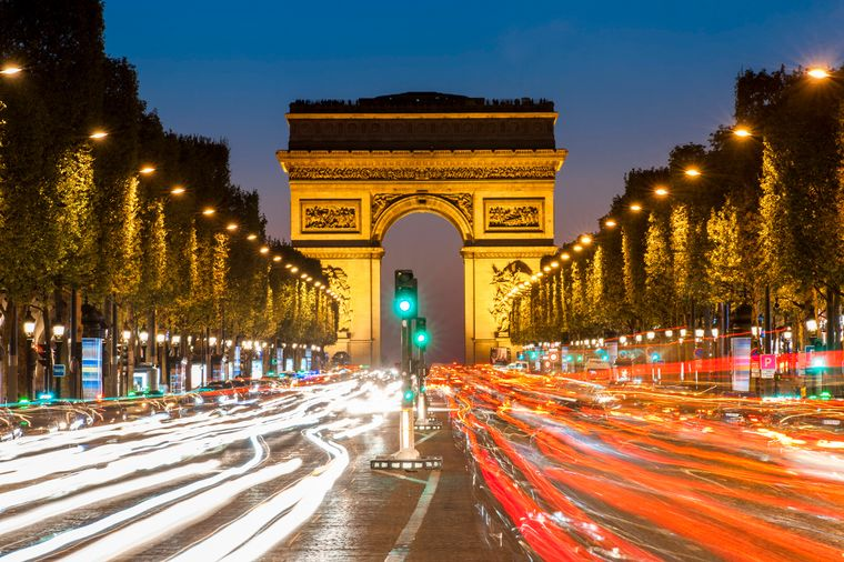 Der Arc de Triomphe in Paris bietet tolle Aussichten, z.B. auf die trubelige Champs-Élysées.