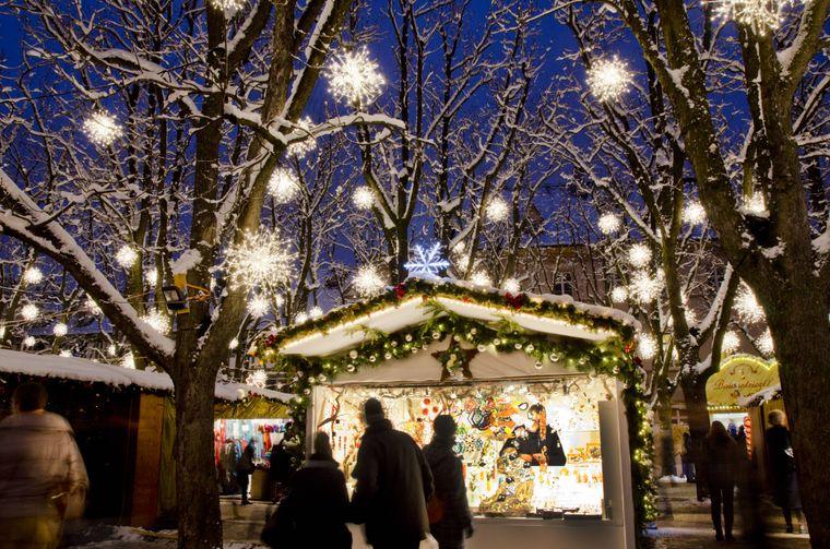 Der Basler Weihnachtsmarkt auf dem Barfüsserplatz und dem Münsterplatz gilt als einer der schönsten und größten der Schweiz.