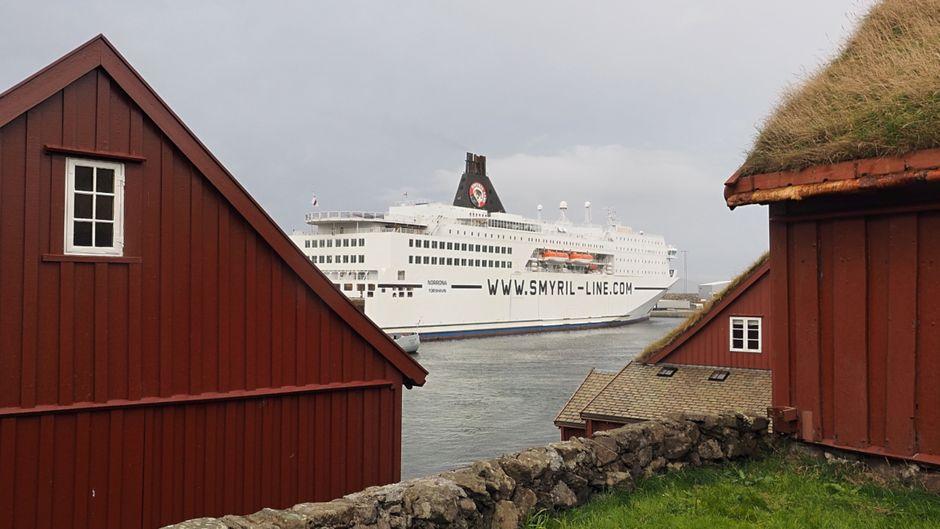 Einziger Zwischenstopp: die Färöer Inseln.