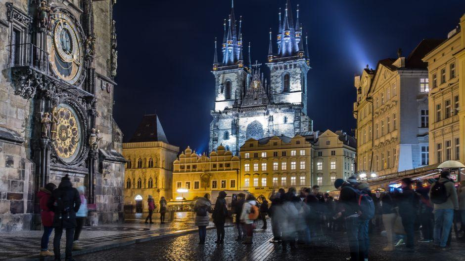 Touristen besuchen das Rathaus von Prag in der Altstadt.