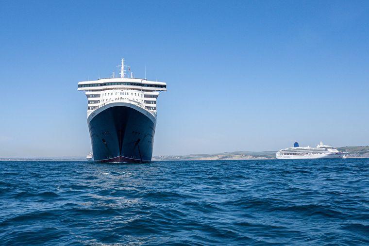 Dicht vorbei an den Ozeanriesen: Auch die Queen Mary 2 stattete der Weymouth Bay während der Corona-Pandemie einen Besuch ab.