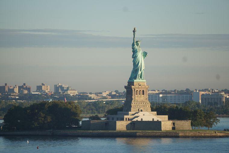 Blick auf die Freiheitsstatue in New York von Bord der Crystal Serenity.