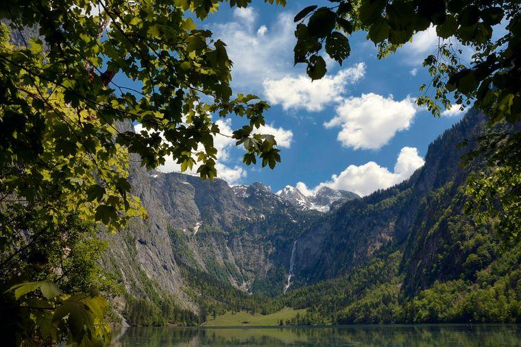 Der Obersee mit Blick auf die Fischunkelalm und den Röthbachfall im Nationalpark Berchtesgaden in Bayern.