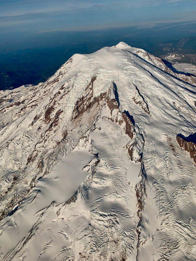 Ein Passagier fotografierte den Mount Rainier aus dem Flugzeug.