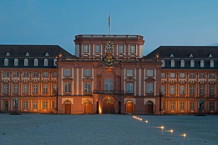 Das Barockschloss Mannheim in feierlicher Abendbeleuchtung