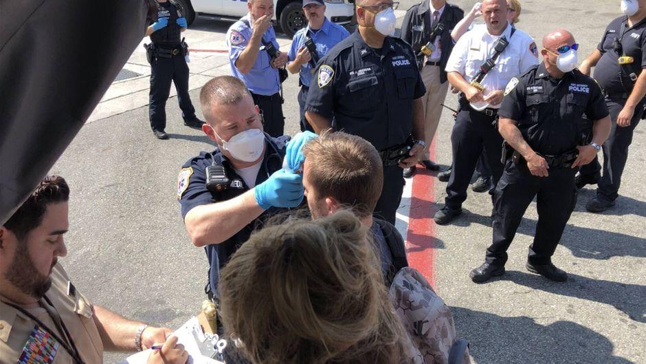 Polizeibeamte am Flughafen JFK prüfen die Körpertemperatur einiger Passagiere einer Emirates-Maschine am vergangenen Mittwoch.
