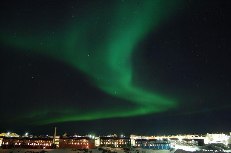 Polarlichter über der Hauptstadt Grönlands, Nuuk.