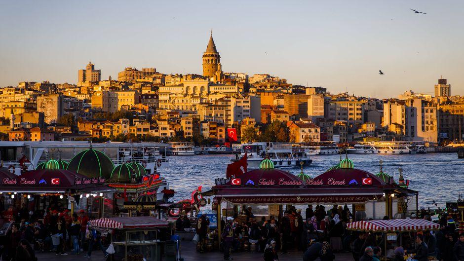 Blick auf den Galataturm über dem Goldenen Horn im Istanbuler Stadtteil Eminönu am Bosporus.