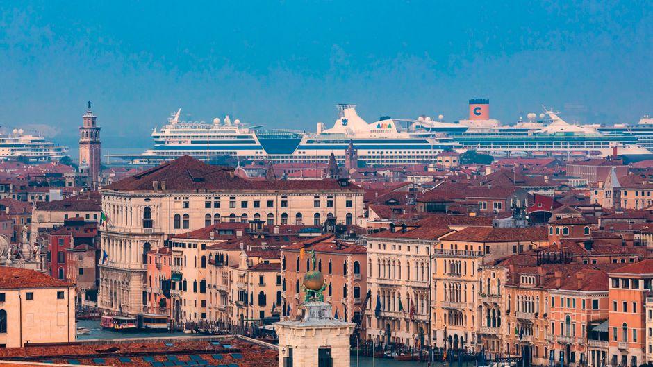 Kreuzfahrtschiffe vor Venedig: Passagiere und andere Tagestouristen müssen bald Eintritt zahlen.
