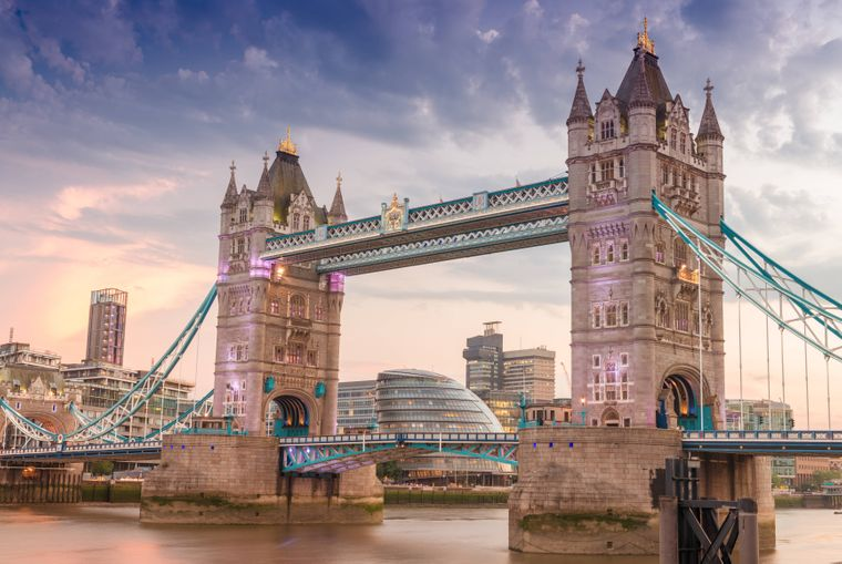Die Tower Bridge geht über den Londoner Fluss Themse.