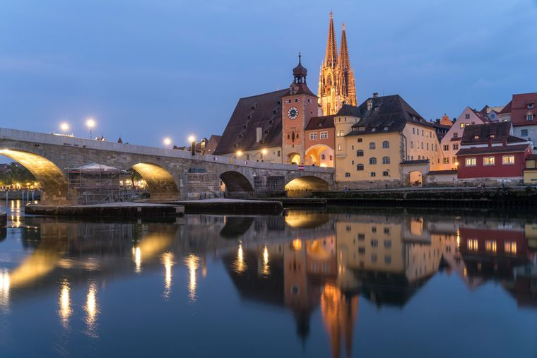 Die imposante Steinerne Brücke und der Dom Sankt Peter im schönen Regensburg.
