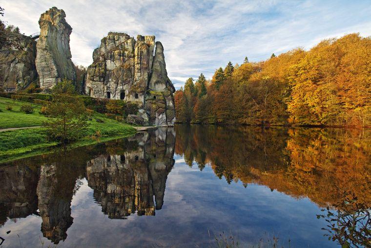 Die Externsteine, eine markante Sandstein-Felsformation am Wiembecketeich, sind zu jeder Jahreszeit ein beliebtes Ziel im Teutoburger Wald.