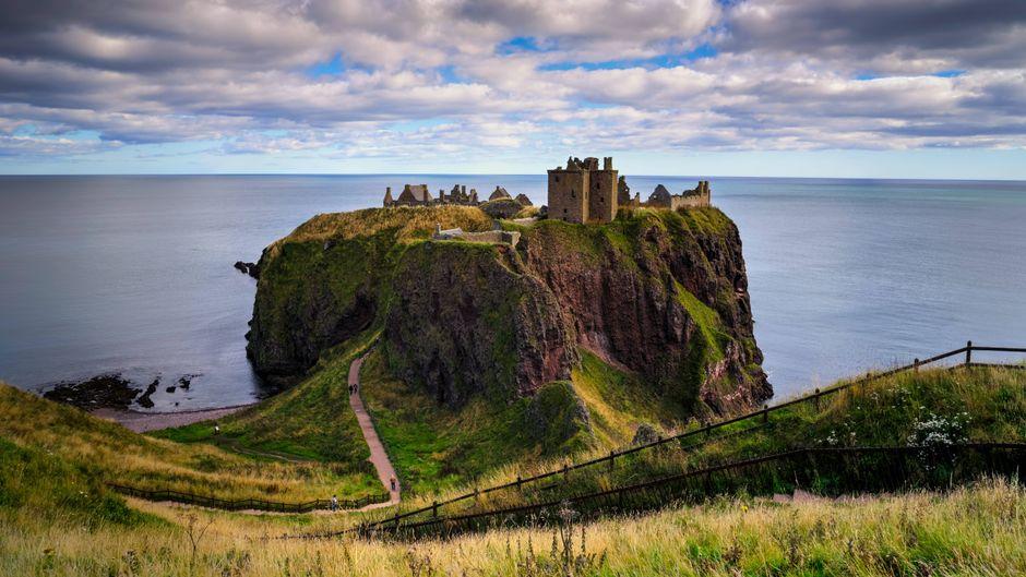 Das Dunnottar-Castle außerhalb von Stonehaven in Schottland liegt spektakulär auf einer felsigen Landzunge.
