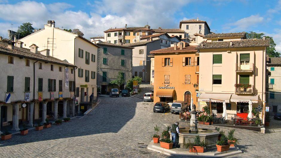 Marktplatz und Dorfansicht von Pennabilli in Emilia Romagna.