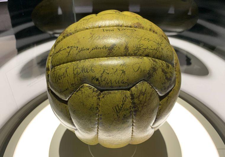 Original-Spielball des Finales von Bern mit den Unterschriften der Weltmeisterelf in der Ausstellung des Deutschen Fußballmuseums in Dortmund.