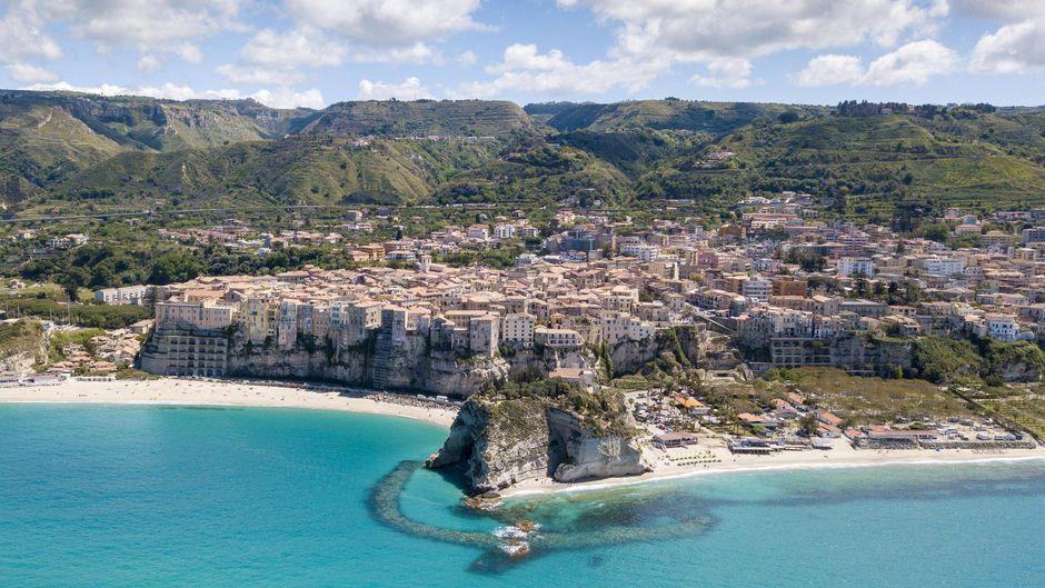 Blick auf Tropea aus der Luft – das Dorf ist bekannt für die bunten Häuser an der Steilküste.