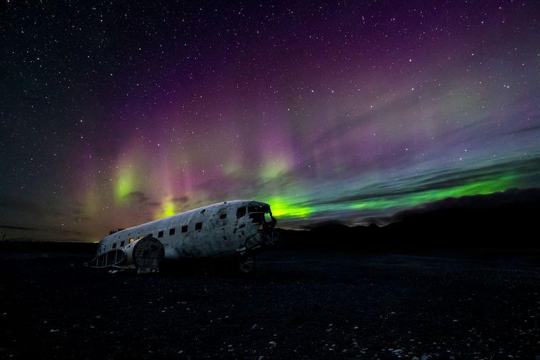 Flugzeugwrack Sólheimasandur und Polarlichter auf Island.