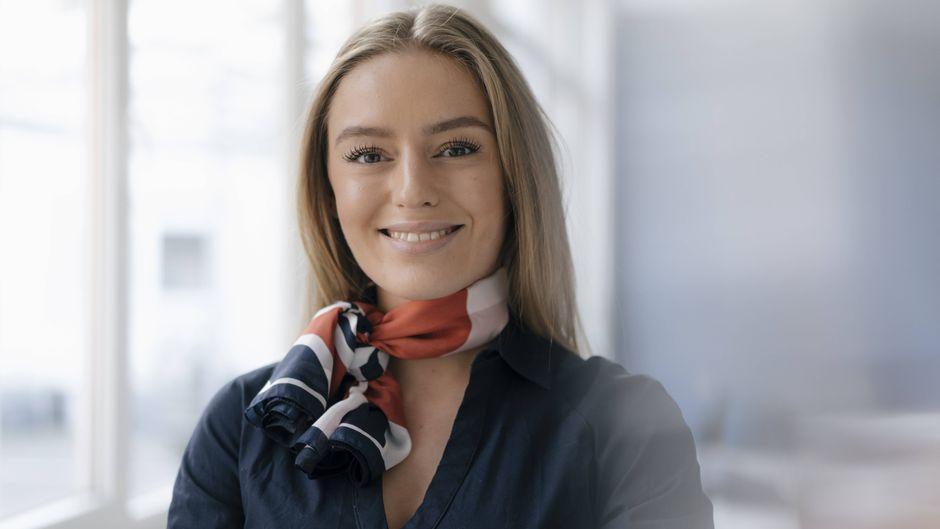Portraitfoto einer lächelnden Flugbegleiterin.