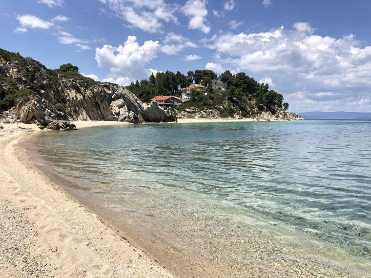 Der Strand von Armenistis in Chalkidiki.
