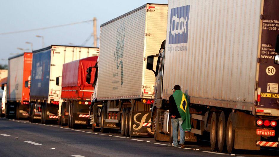 Der Streik der Lkw-Fahrer geht weiter. Flughäfen, Tankstellen und Supermärkte werden nicht beliefert.