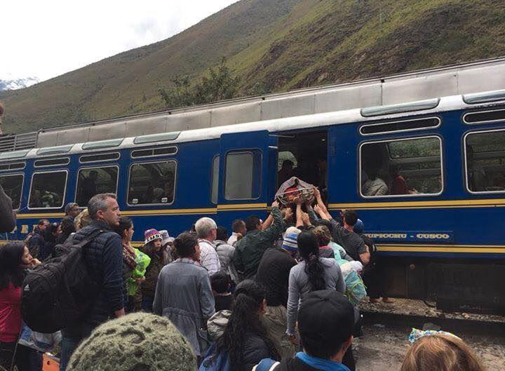 Auf Tragen werden die Verletzten aus einem der verunglückten Züge gehoben.
