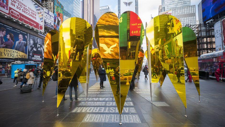 Herz-Kunstwerk auf dem Times Square: Was die New Yorker in Sachen Liebe sonst so unternehmen, erfährst du im Text.