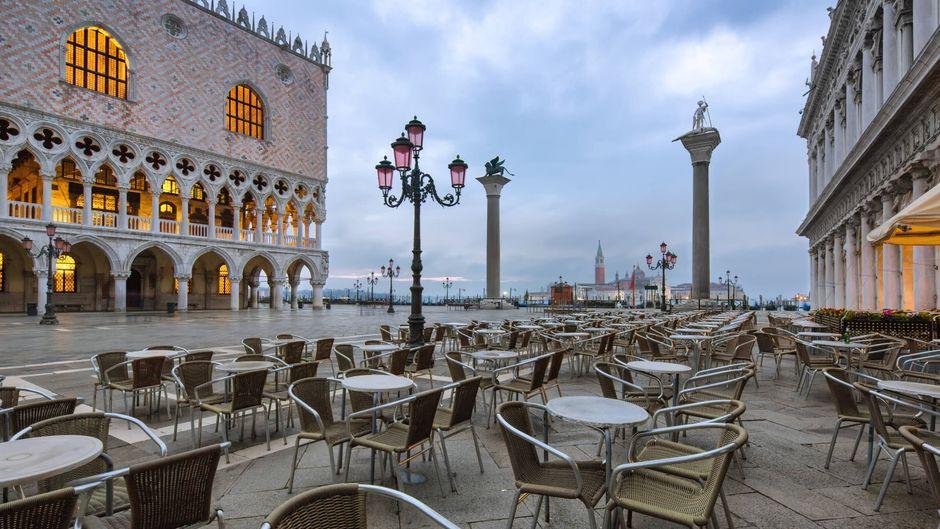 Markusplatz in Venig mit Cafétischen.