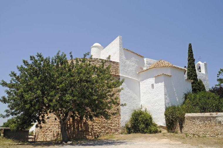"Die Kirche ""Iglesia del Puig de Missa"" in Santa Eularia des Riu auf Ibiza."