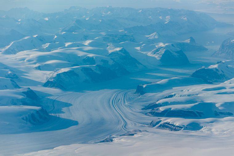 Zwischen dem Nordatlantik und dem Nordpolarmeer liegt die riesige Insel Grönland – größtenteils von Eis bedeckt.
