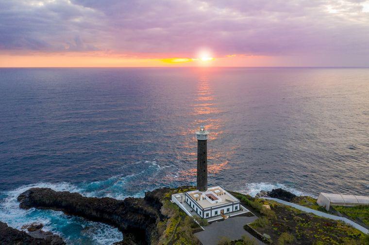 Vom 34 Meter hohen Leuchtturm auf La Palma lässt sich der Sonnenuntergang ausgiebig genießen.