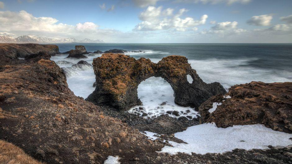 Der Gattlekur-Felsen, der auch Hellnar-Bogen genannt wird, ist eine der zahlreichen Naturattraktionen auf der Snæfellsnes-Halbinsel im Westen Islands. Er befindet sich zwischen den Dörfern Arnarstapi und Hellnar und ist ein beliebtes Fotomotiv.