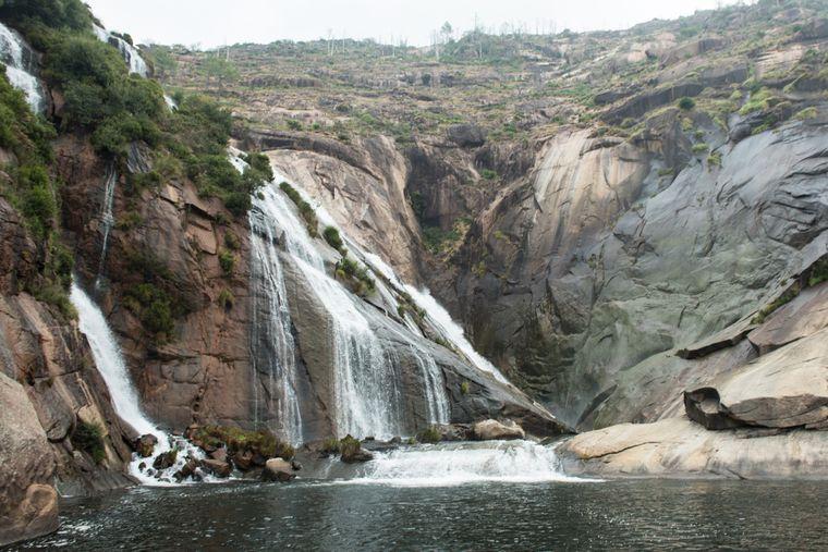 Der einzigartige Xallas-Wasserfall stürzt direkt in den Ozean.