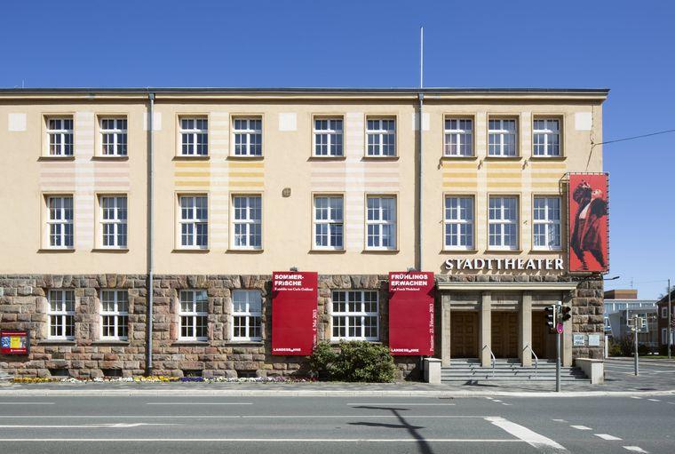 Das Stadttheater Wilhelmshaven ist eine von zahlreichen kulturellen Einrichtungen der Stadt. Als Kontrastprogramm hast du direkt nebenan das Wattenmeer.