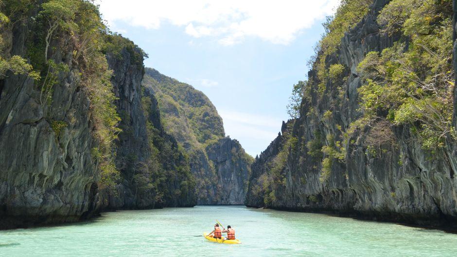 Kayaken in der wunderschönen Natur von El Nido, Philippinen