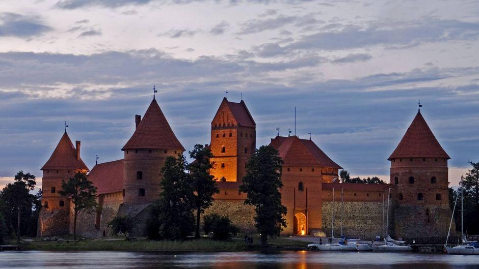 Die beleuchtete Wasserburg Trakai am Abend.