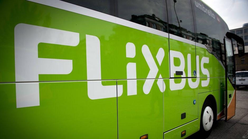Ein Flixbus ist auf dem Weg in Richtung Berlin in einen Straßengraben gekippt. Es gibt viele Verletzte. (Symbolfoto)