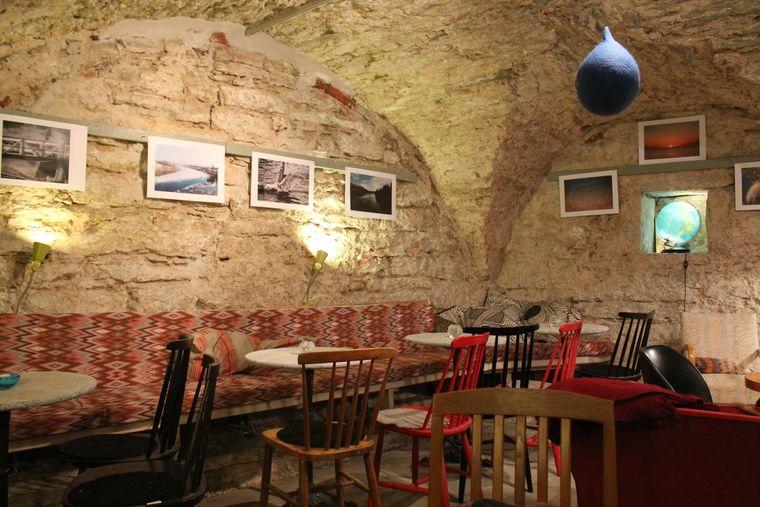 Hedbergs Bok- och Musikkafé in einem mittelalterlichen Kellergewölbe in Visby, Gotland.