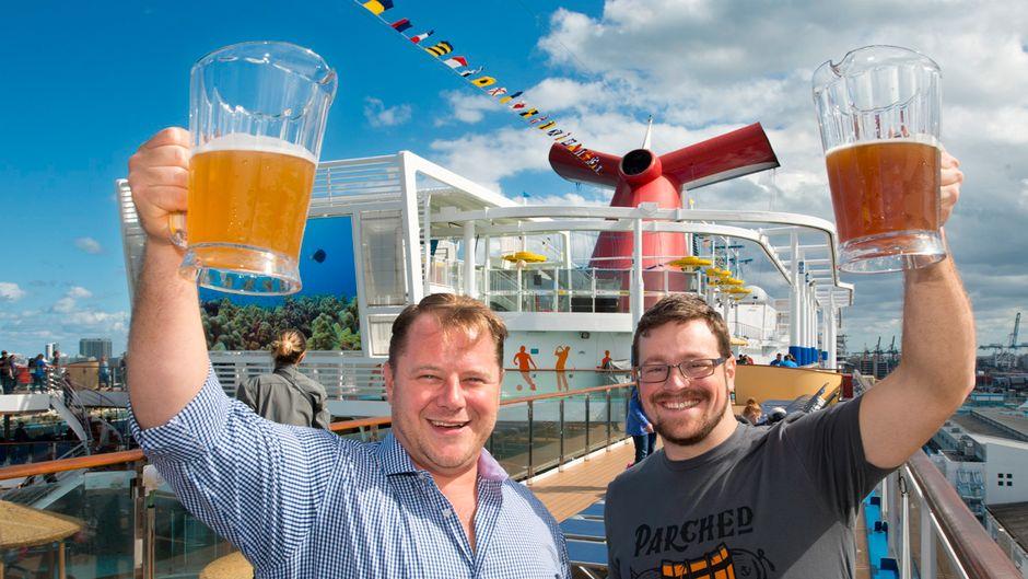 Zwei Männer mit Bierkrügen an Bord eines Carnival-Cruises-Kreuzfahrtschiffes.