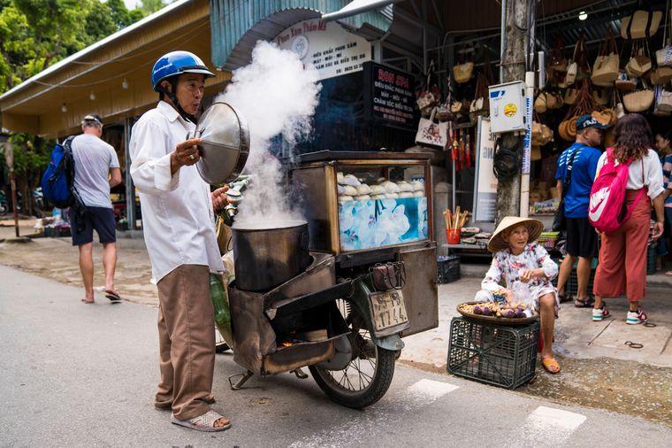 Improvisation ist hier vielerorts alles, wie dieser Mopedfahrer mit seiner mobilen Garküche zeigt.