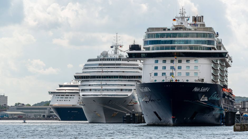 Drei große Kreuzfahrtschiffe in Kiel.