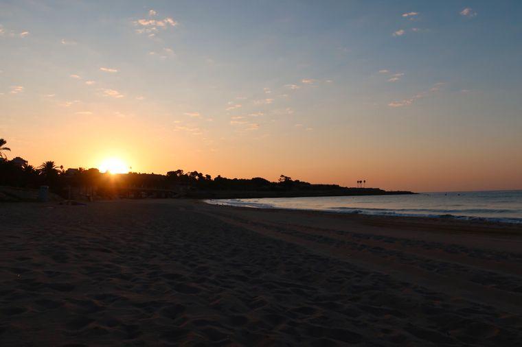 Sonnenaufgang am Strand von Tarragona, Spanien.
