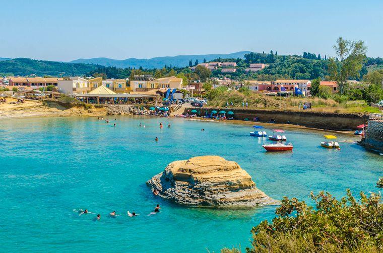 Korfu, die Insel vor der griechischen Nordwestküste, ist durch seine zerklüfteten Berge und eine Küste mit zahlreichen Urlaubsorten geprägt.